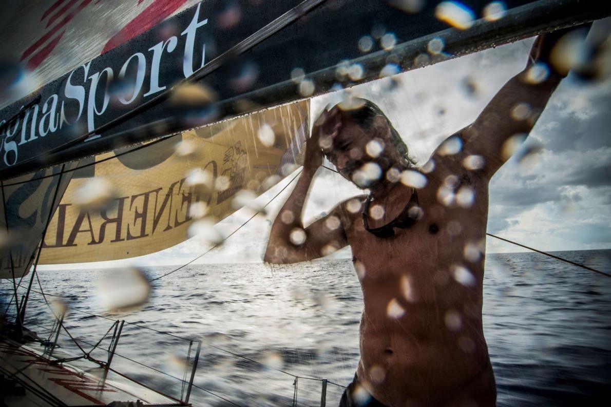 Michele Sighel profite d'une tempête pour détourner l'eau et mettre au point une douche improvisée sur ...