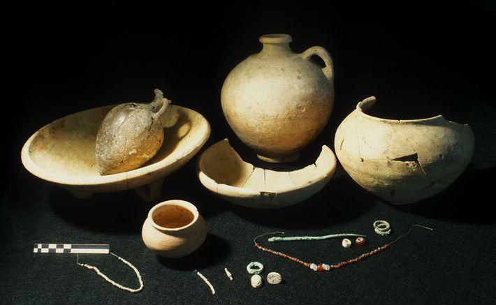 Les objets retrouvés dans la tombe de la jeune fille incluaient des bijoux en bronze, un ...