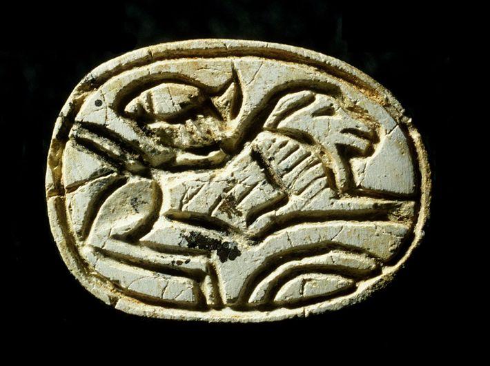 Le scarabée égyptien retrouvé sur la poitrine de la jeune fille représente un lion accroupi et ...