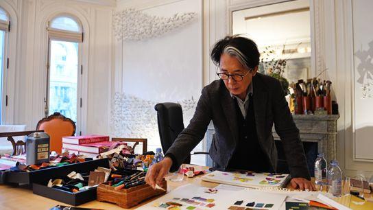 C'est dans son bureau parisien que le célèbre créateur compose ses imprimés aux couleurs chatoyantes, inspirés ...