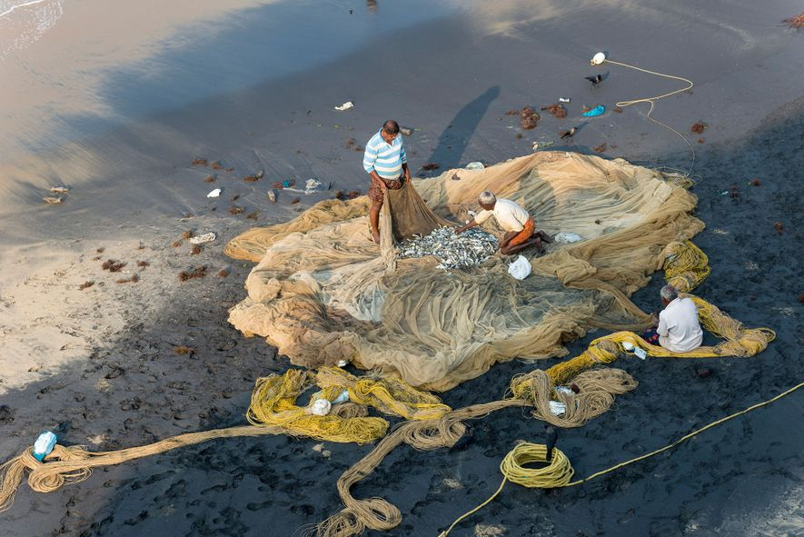 À Varkala, dans le Kérala, des pêcheurs contrôlent l'état de leurs filets.