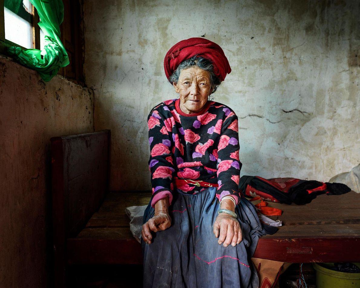 Pema Lamu, 73 ans, est assises sur son lit, dans le village de Zhashi. Comme de ...