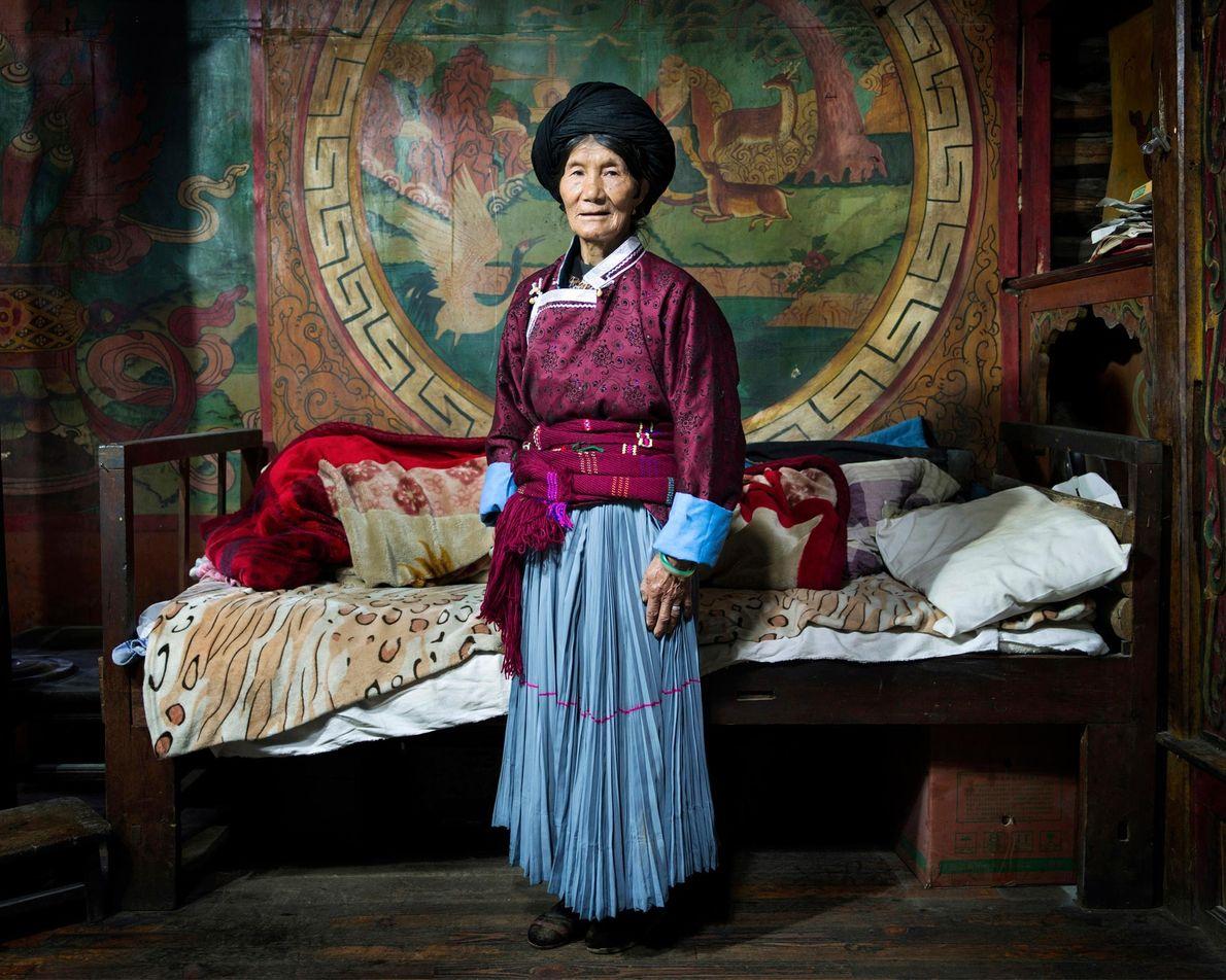 Libi Lamu, 70 ans, se tient dans sa chambre dans le village de Bushucun. Dans la ...