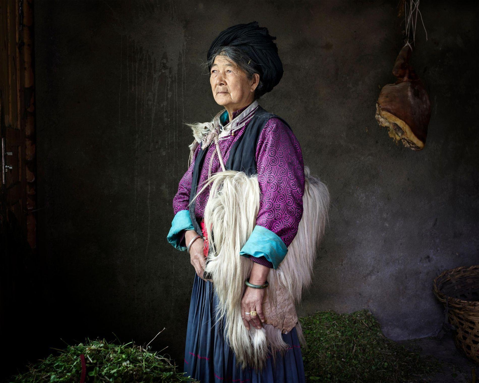 Depuis des générations, des femmes comme Asa Nuja, 69 ans, sont le cœur des foyers moso. Elles transmettent à leur enfant nom, propriétés et traditions. Les enfants sont liés à leurs mères et celles-ci peuvent changer de partenaires à l'envie. Les hommes ne peuvent leur rendre visite que la nuit, une tradition de mariage libre qui perdure aujourd'hui encore.