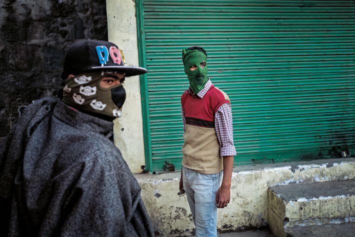 À Srinagar, des manifestants cessent, l'espace d'un instant, de jeter des pierres sur les policiers.