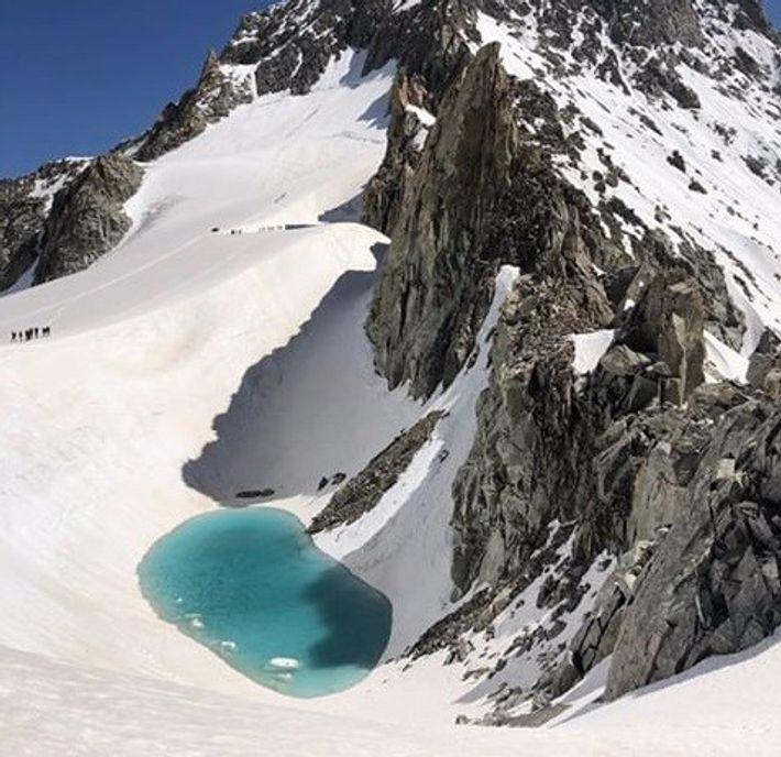 S'il est rare de tomber sur un lac d'eau liquide à une telle altitude, un tel ...