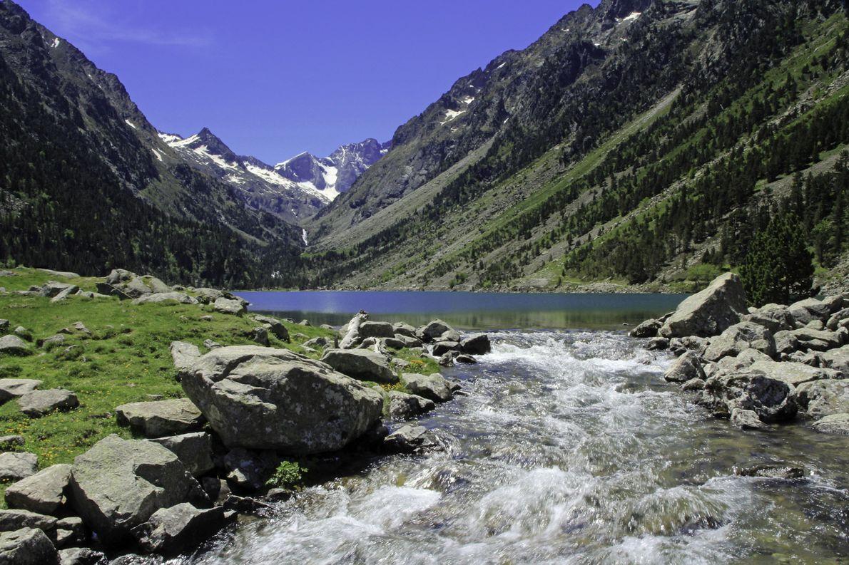 Le lac de Gaube fait partie du parc national des Pyrénées qui apparaît dans le liste ...