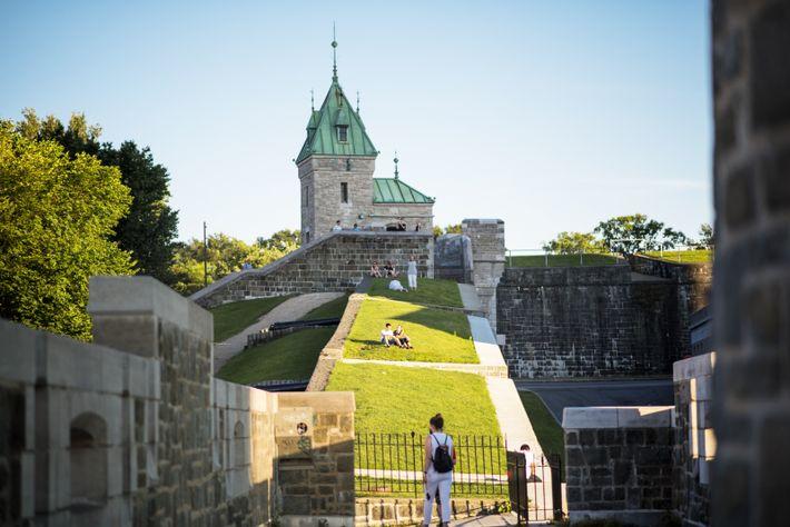 Les fortifications s'étendent sur près de quatre kilomètres et demi, depuis le kiosque Frontenac sur la ...