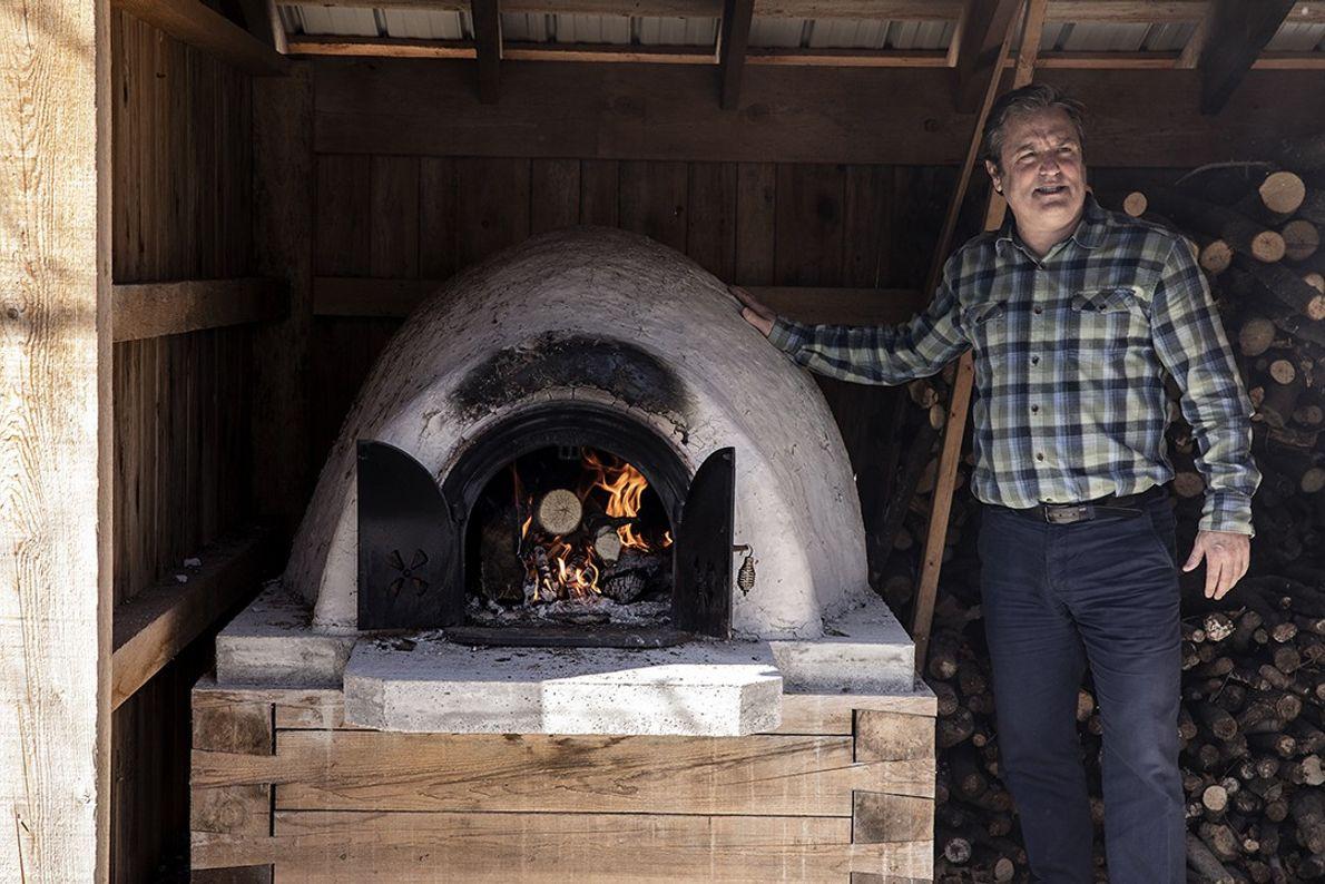 Monsieur Handfield pose devant son four de glaise traditionnel. Avec celui-ci, il y fait cuire des ...