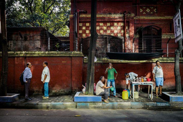 Kolkata, en Inde : DR. MARTIN LUTHER KING SARANI. Renommée en 1986. Un vendeur de rue ...