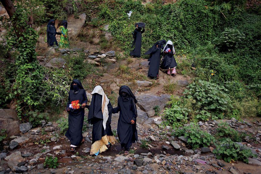 Après une célébration avec les femmes de leurs familles à l'occasion de leur mariage, les jeunes mariées yéménites Sidaba, 11 ans et Galiyaah, 13 ans, sont voilées puis escortées vers leur nouvelle vie auprès de leurs maris à Sanaa, au Yémen, en 2010.