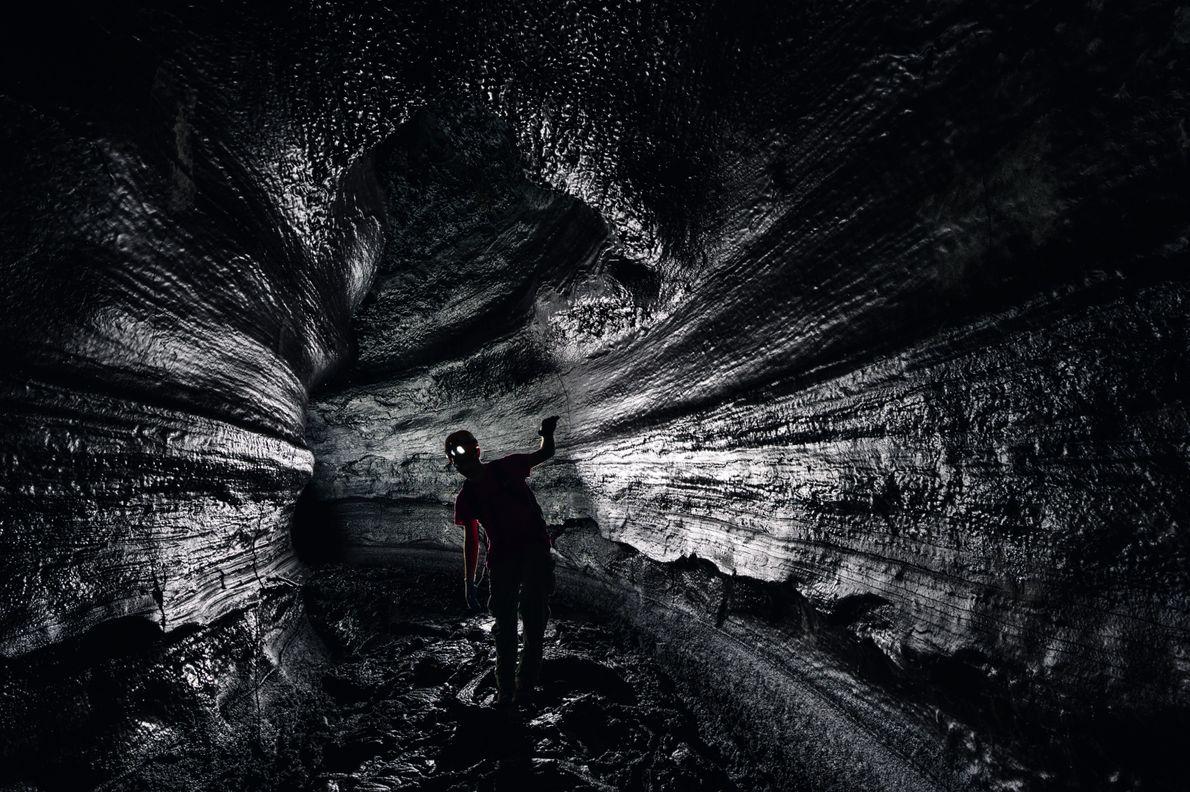 Le journaliste Joshua Foer se tient dans le Kazumura, le plus long tunnel de lave cartographié ...