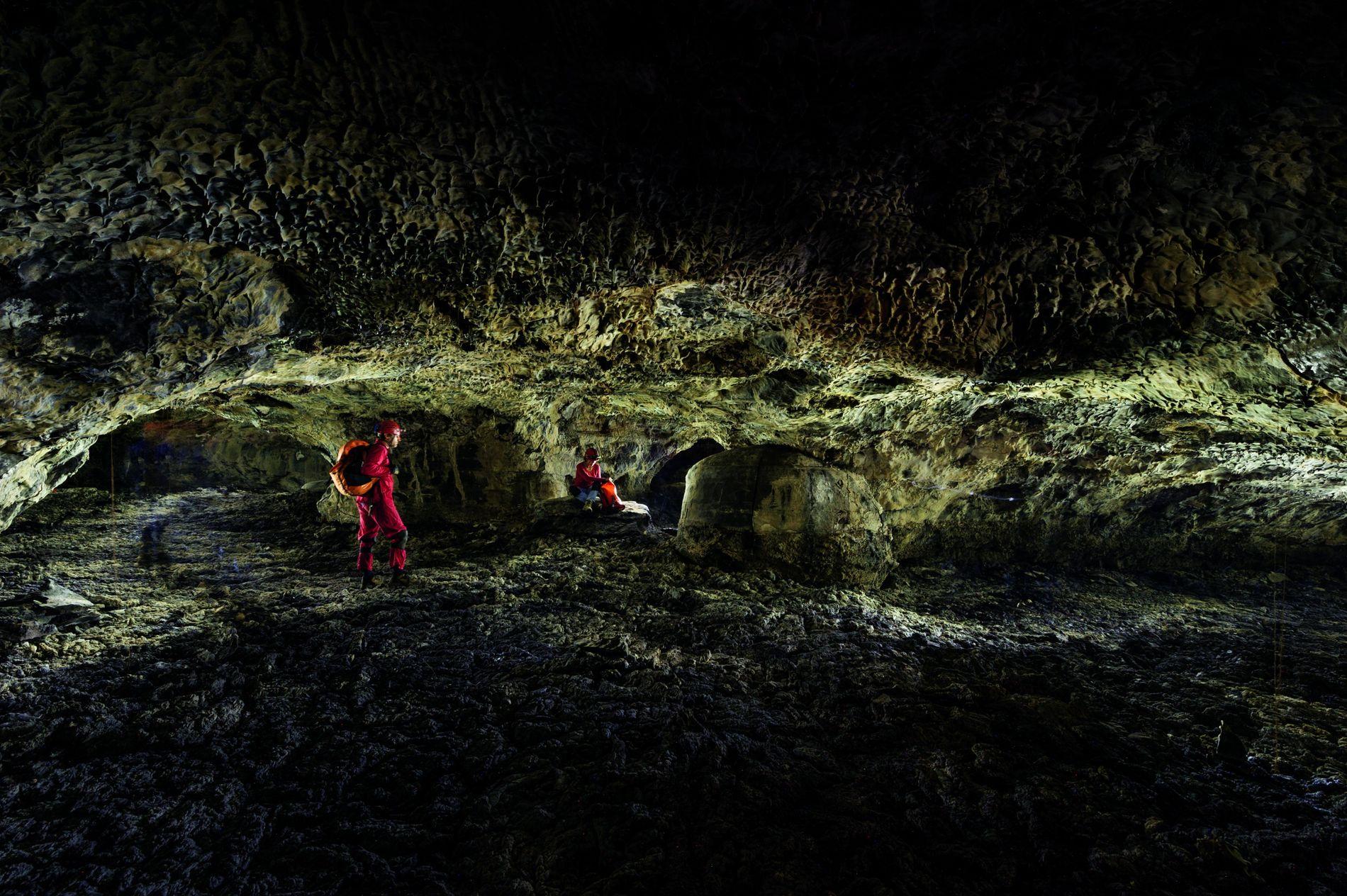 Une section du Kipuka Kanohina se ramifie en trois tunnels qui se rétrécissent. Évoluer sur des ...