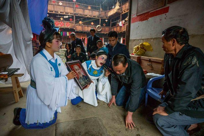 Un décès ne laisse personne indifférent. À Yangzhao Lou, dans le village de Hekeng, des pleureuses ...