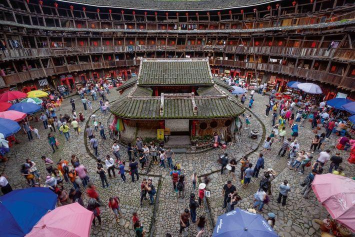 Ses quatre étages font de Yuchang Lou un des tulou les plus prisés des touristes, qui ...