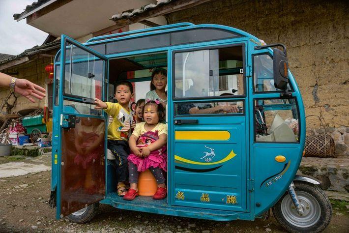 L'école est finie ! Des élèves de maternelle scolarisées au village de Hekeng, rentrent chez eux ...