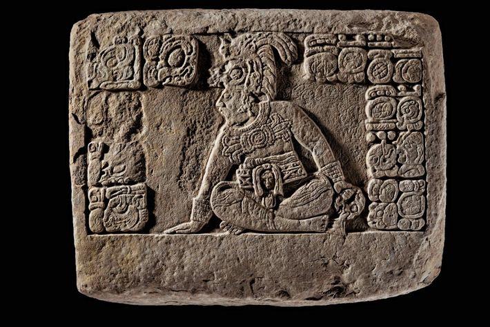 JEU DE BALLE – Ce bas-relief trouvé à La Corona (ex-cité de Saknikte, au Guatemala) montre ...