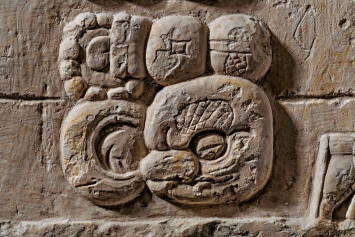 SERPENT RIEUR – Le glyphe-emblème des rois Serpent se retrouve partout dans le pays maya.