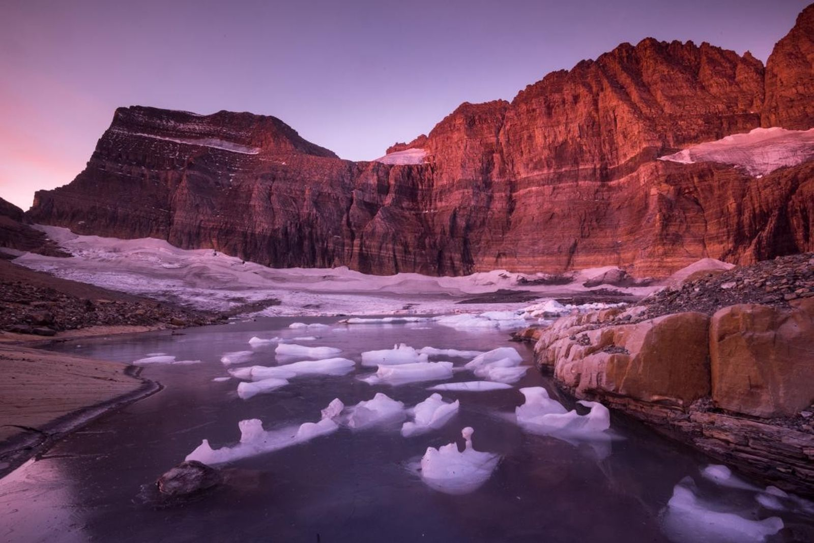 Des fragments de glace récemment vêlée flottent au pied du glacier Grinnell. Depuis 1850, la hausse ...