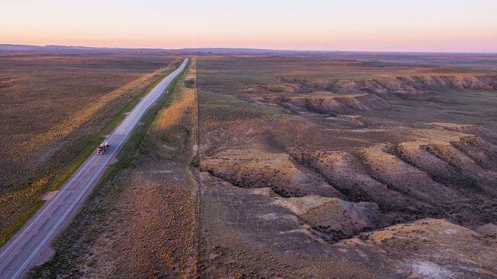 L'ondulante « mer d'armoise » des déserts d'altitude, seul habitat des tétras des armoises, s'étend sur ...