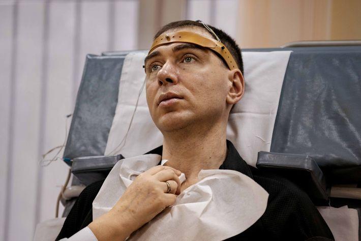 Le Russe Sergueï Volkov, qui a passé six mois à bord de l'ISS, subit des tests ...