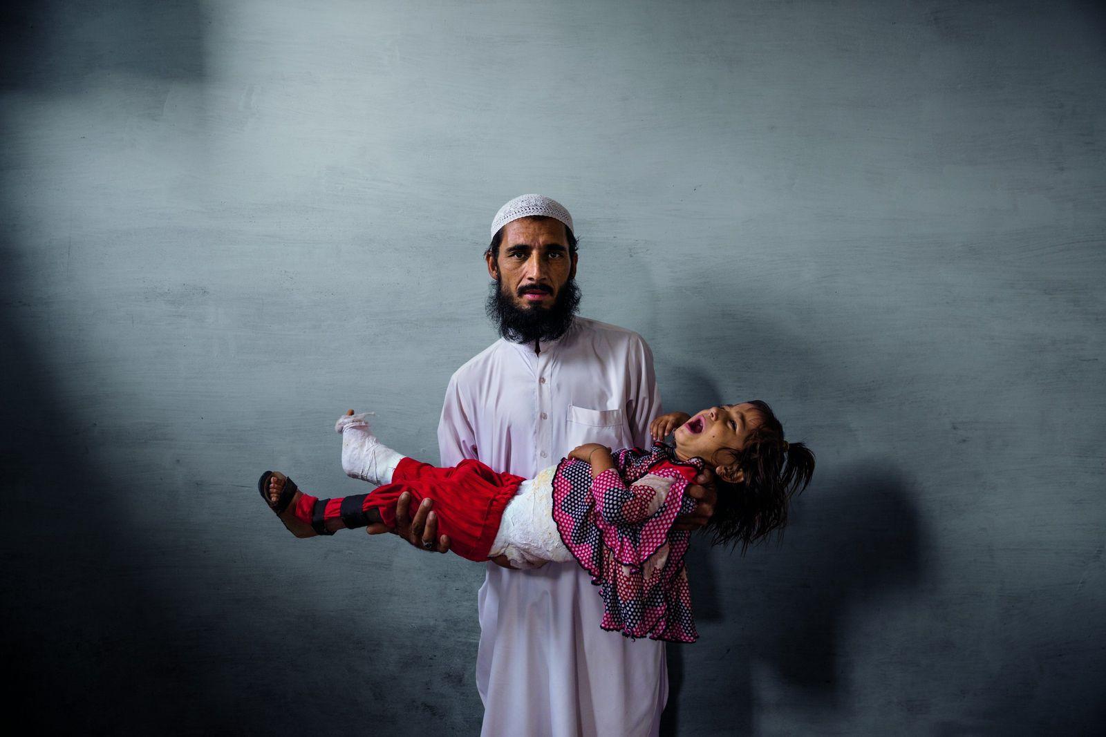 Commerçant à Karachi, Ghulam Ishaq ne faisait pas confiance au vaccin contre la polio. Aujourd'hui, il ...