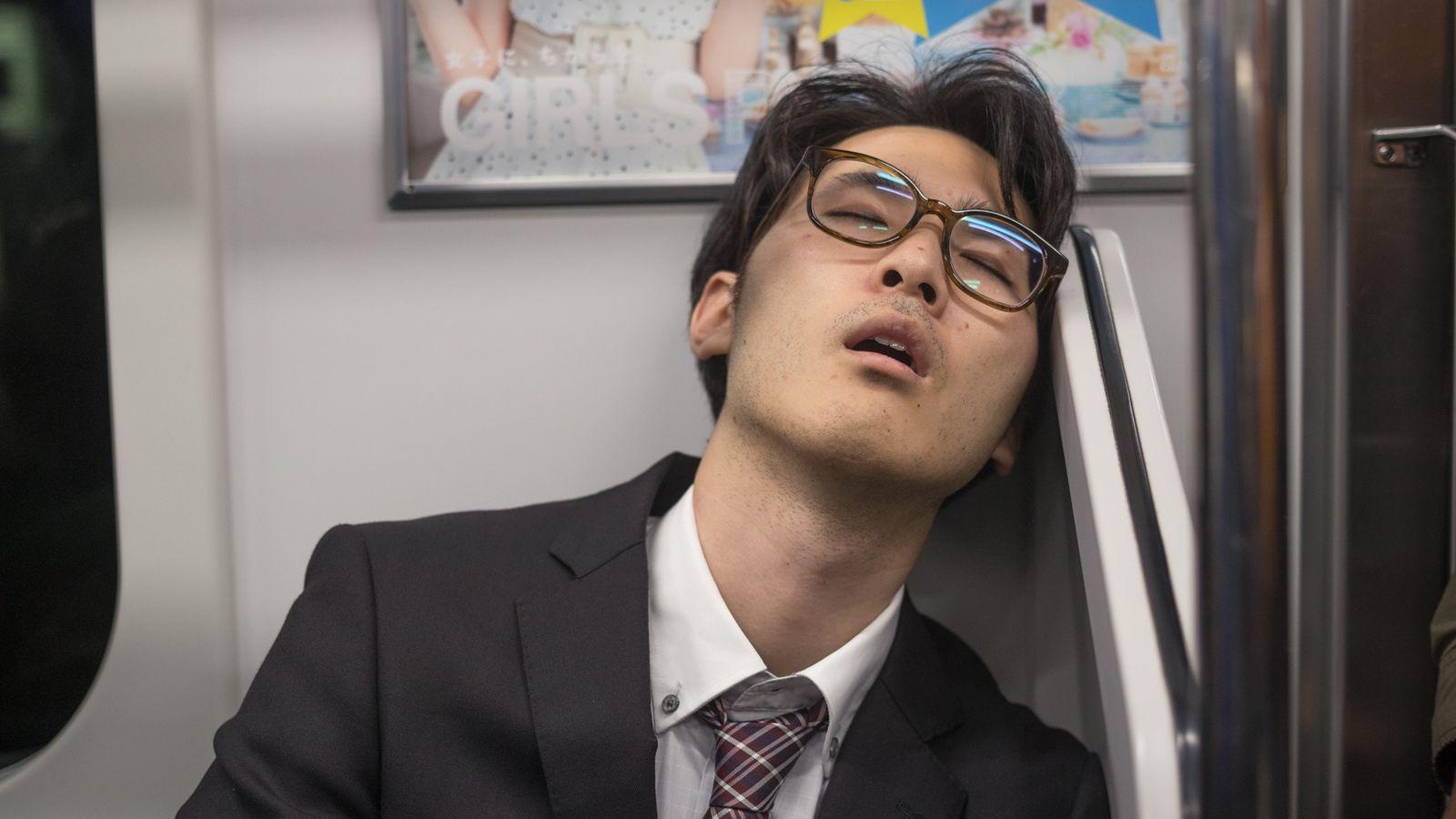"""Le terme japonais inemuri (""""dormir sur place"""") désigne une façon de somnoler dans un lieu non ..."""