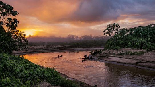 La Yurúa méandre près de la frontière entre le Pérou et le Brésil. L'exploitation forestière illégale ...