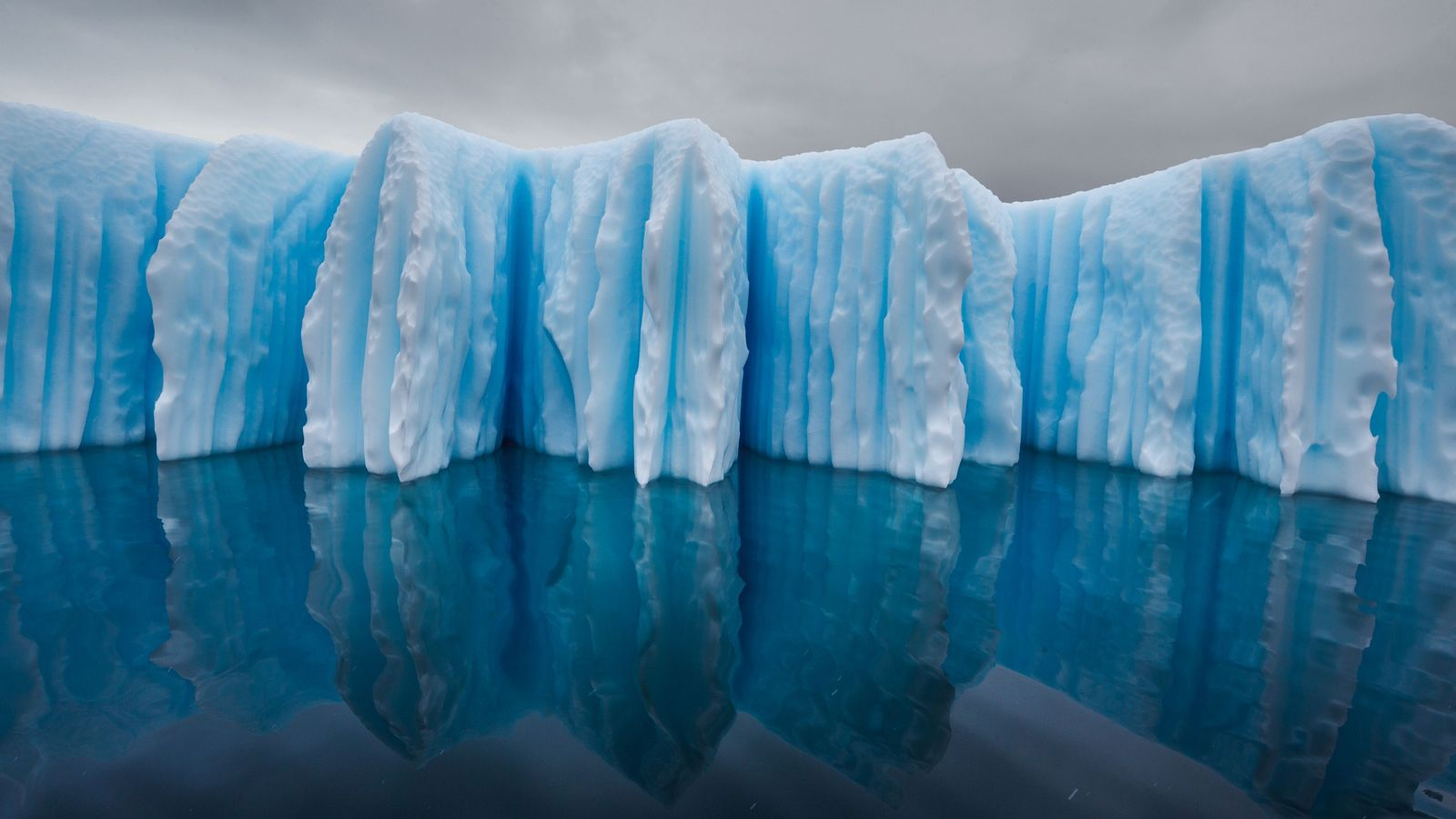 """L'eau et l'air chaud ont sculpté cet iceberg. """" Tandis que sa base fondait, explique le ..."""