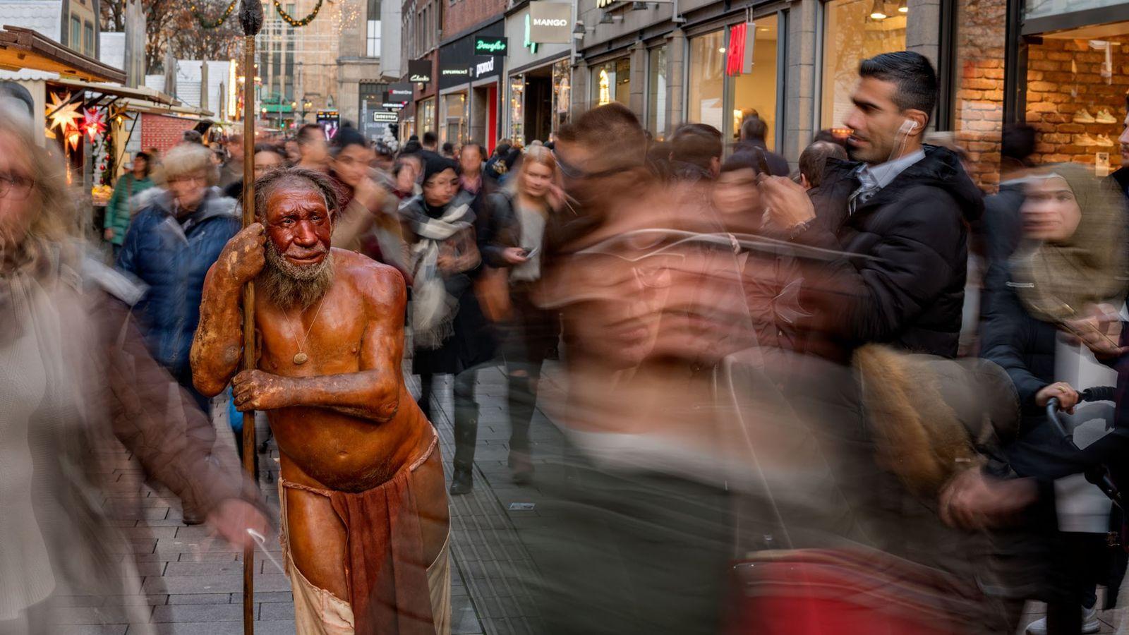 À Düsserdorf, une sculpture proche du musée du Neandertal pique la curiosité des passants.