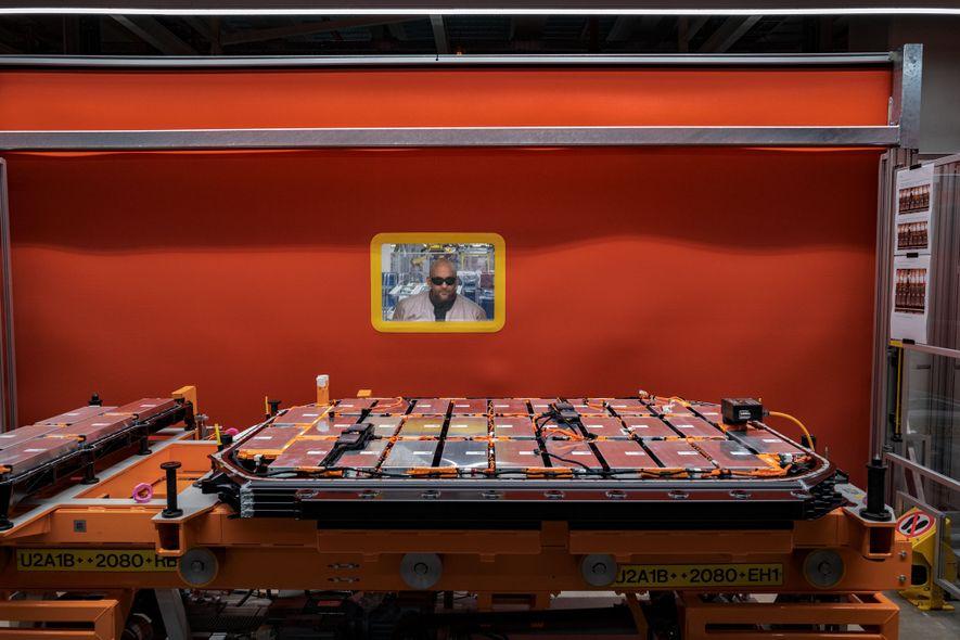 Un ouvrier d'une usine de Bruxelles inspecte la batterie lithium-ion qui équipera l'Audi e-tron, un SUV ...