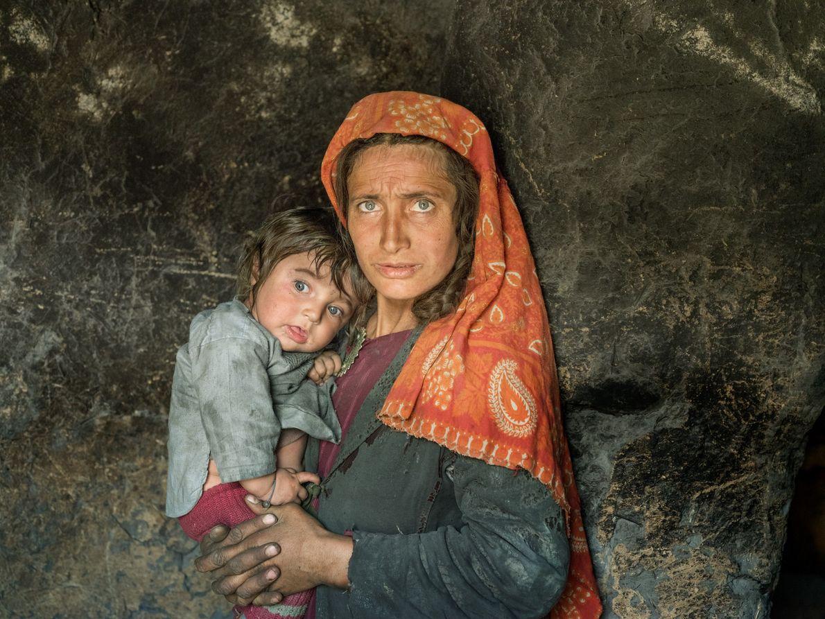 Bibi Bejod tient son fils, dans le village de Wuch Urgunt. Aux confins de l'Afghanistan, du ...