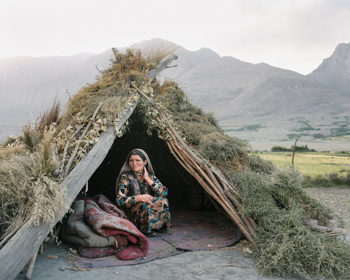 Omina Begum se repose dans sa kapa, sur le toit de sa maison, à Wuch Urgunt. ...