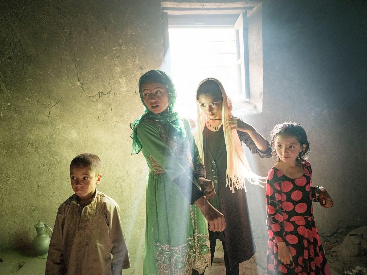 Les enfants du village de Qalah-ye Panjah se rassemblent au matin de l'Aïd-el-Kébir, la fête musulmane ...