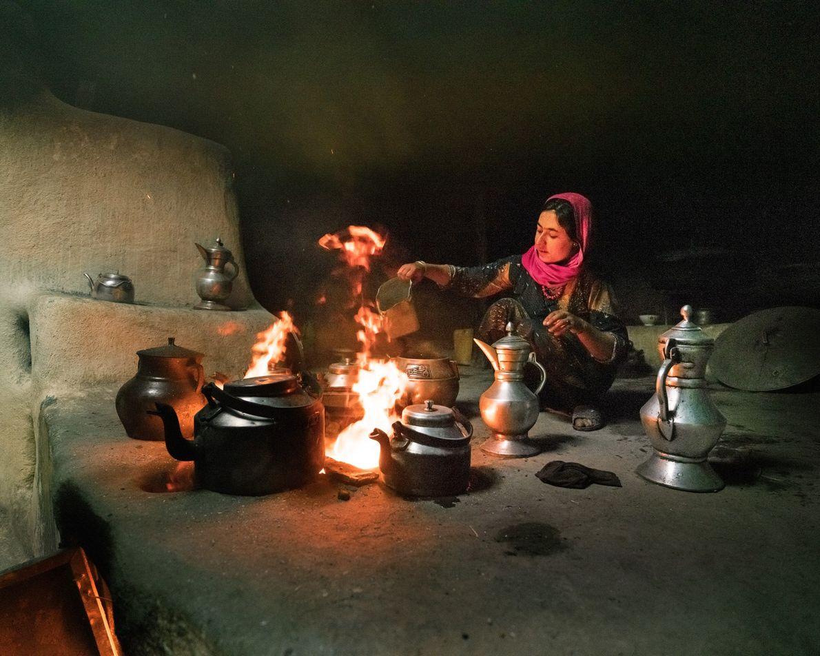 À Qalah-ye Ust, Bibi Hawa surveille le feu, tout en préparant le thé au lait –qu'elle ...