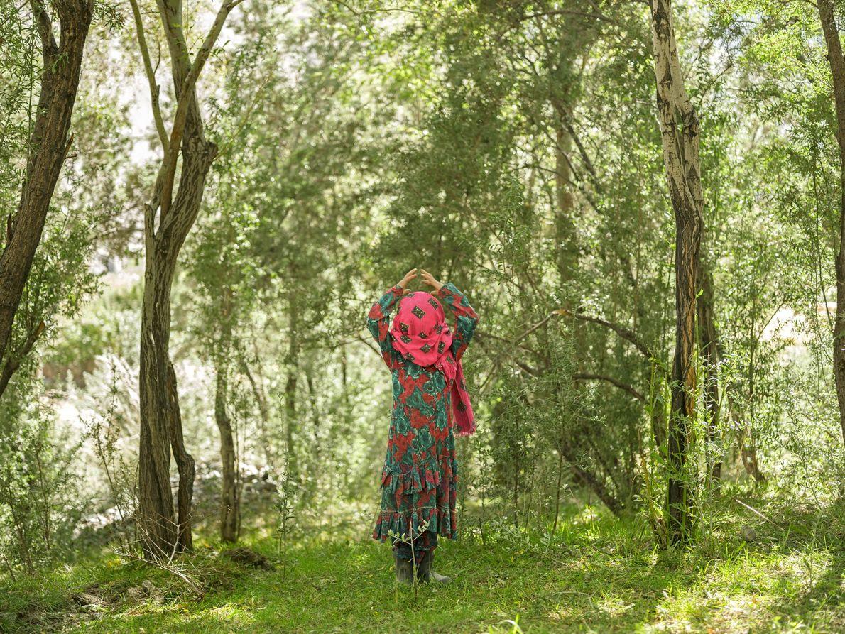 Aziz Begum, 9 ans, prise en photo par Paley, rajuste son foulard. Les Wakhis suivent un ...