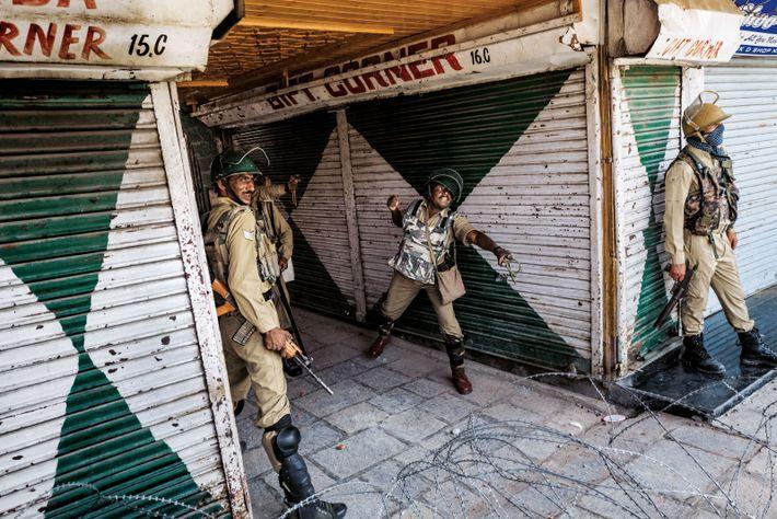Un policier indien utilise un lance-pierre contre des manifestants. Le plus souvent, les forces de l'ordre ...