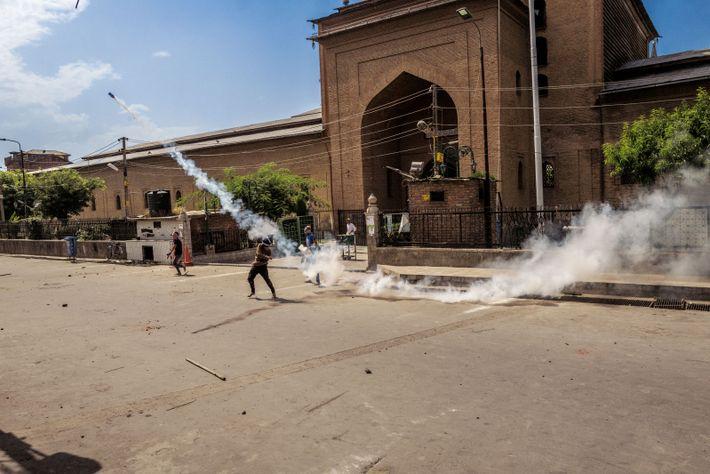 Des échauffourées éclatent à l'extérieur de Jama Masjid, la principale mosquée de Srinagar, située en plein ...