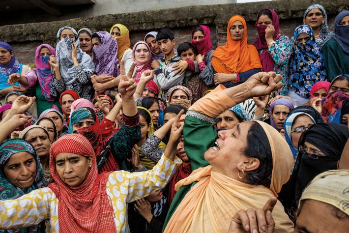 Des femmes pleurent la mort d'un jeune homme. Le conflit a déjà coûté la vie à ...