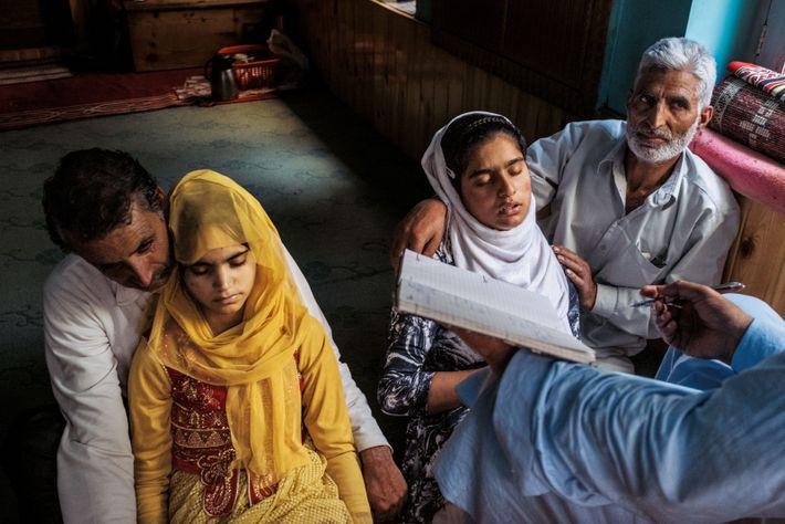 Les pères de ces jeunes filles – qui pensent que leurs hallucinations, leurs migraines et leurs ...