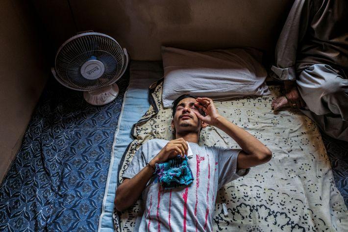 Farzan Sheikh s'apprête à mettre des gouttes dans son oeil gauche, qui pourrait retrouver une vision ...