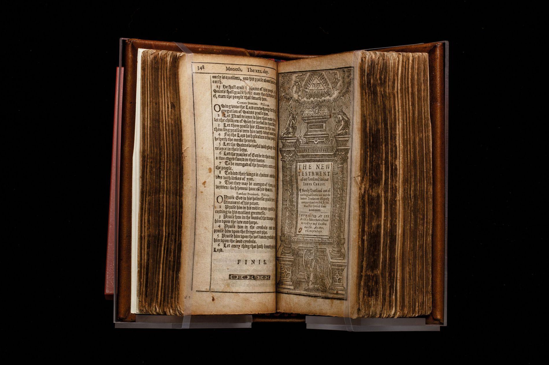 En 1611, la Bible du roi Jacques fixa la norme des Écritures en anglais pour 300 ans. Ce volume, exposé au musée de la Bible (Washington), est l'un des deux seuls restants des premières éditions du Nouveau Testament de la Bible du roi Jacques.