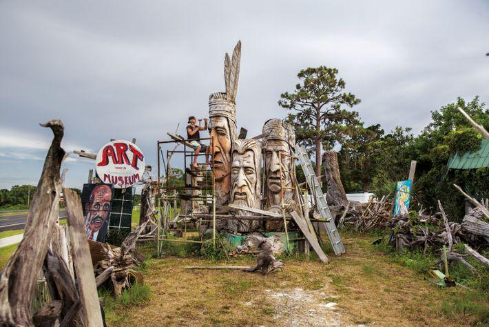 Le sculpteur américain d'origine hongroise Peter Toth, dans son atelier de Floride. Il a érigé soixante ...