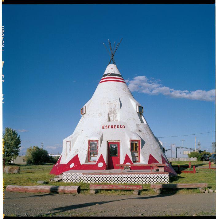 Le tipi est traditionnel des Indiens des Plaines. Symbole populaire de l'identité amérindienne, il est parfois ...