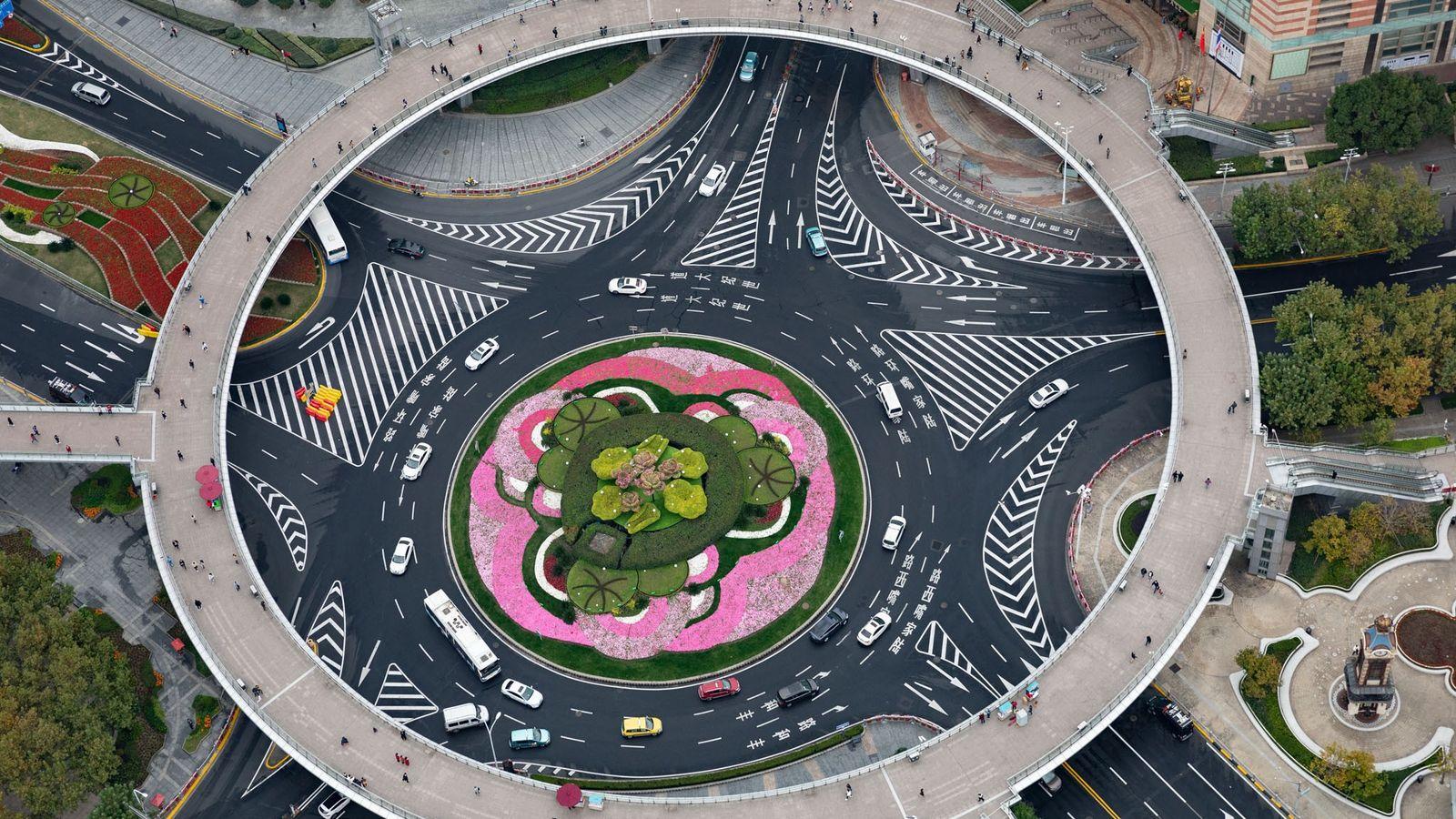 Une passerelle permet aux piétons de franchir le rond-point de Mingzhu, à Shangai, en Chine, et ...