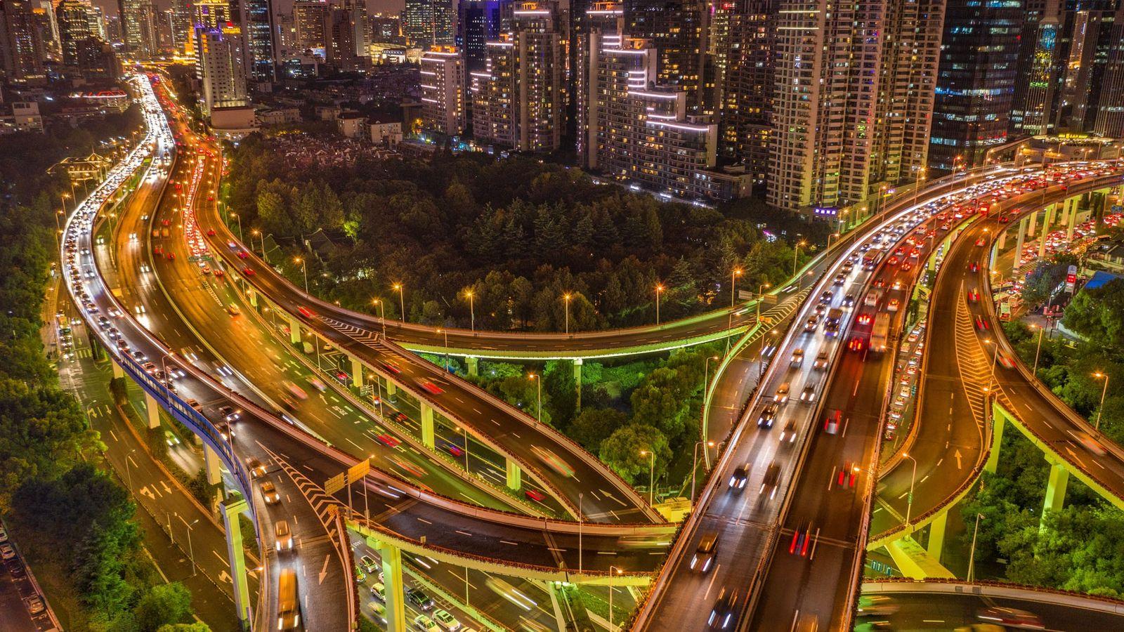 Un échangeur entre deux voies rapides, à Shanghai (24 millions d'habitants). Le pays compte 500 millions ...