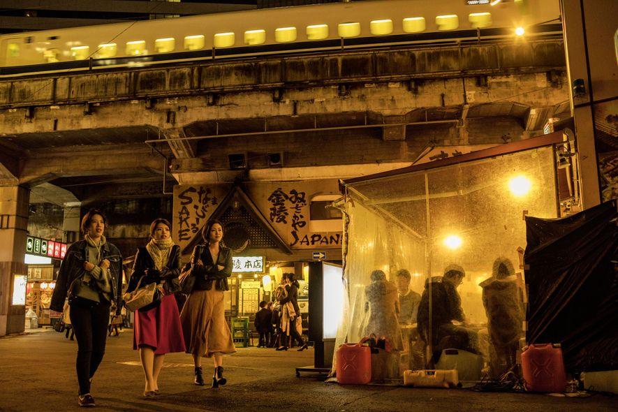 Des restaurants et des izakaya (bars), sous une voie ferrée du quartier de Yurakucho. Les quartiers ...