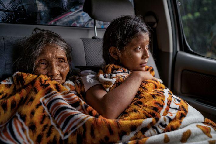 Ingrid Moraleda, 13 ans, et sa grand-mère, Delia Estrella, sont parties de Las Claritas. Avec leur ...