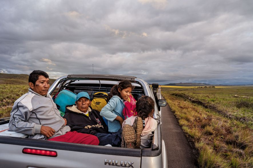 À l'arrière d'un pick-up, la famille Moraleda tente d'atteindre le Brésil, espérant y trouver une vie meilleure. La famille a quitté son village natal du delta de l'Orénoque, au Venezuela. La débâcle économique du pays y a engendré violences et privations.