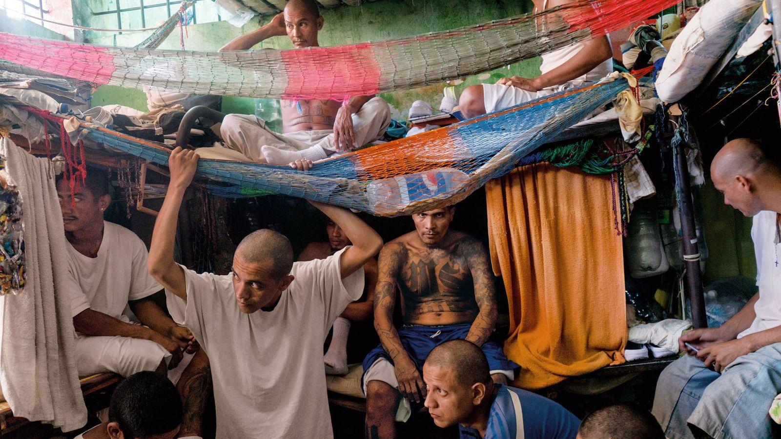 Des hommes du gang MS-13 s'entassent dans leur cellule de la prison de Chalatenango, dans le ...
